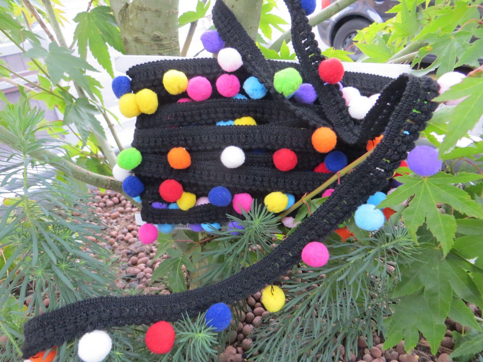 Pompons multicolores sur galon noir mercerie de la vieille ville - Anneau de gland ...