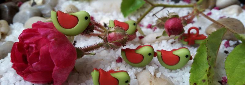 Bouton – Moineau vert aux ailes rouges