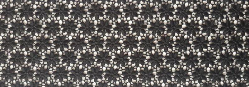 Dentelle – un semis de petites fleurs noires.