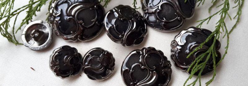 Bouton – En métal à arabesques vieil argent et verni