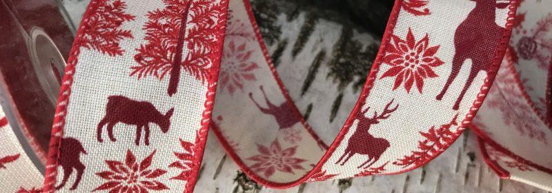 Ruban – Cervidés, résineux et houx tous rouges en 38mm