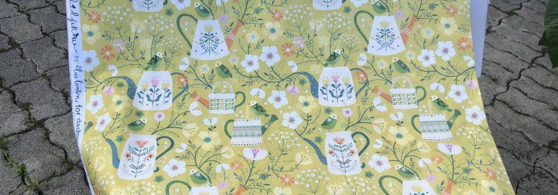 Tissu – Arrosoirs, oiseaux et fleurs sur vert clair